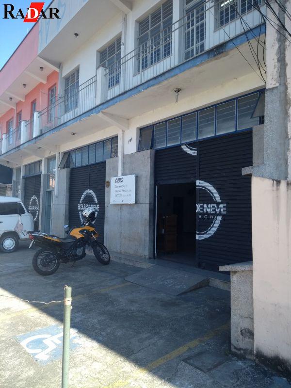 Lojas na avenida Marginal.