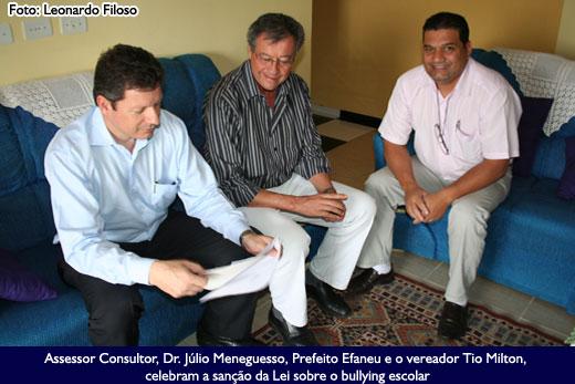 Assessor Consultor, Dr. Júlio Meneguesso, Prefeito Efaneu e o vereador Tio Milton, celebram a sanção da Lei sobre o bullying escolar